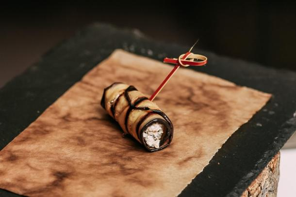 Рулетик из баклажана с соленым сыром и грецкими орехами