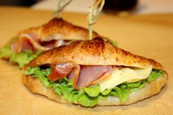 Мини  круассан с сырокопченым балыком, сыром и листовым салатом