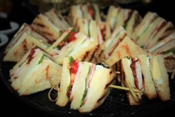 Клубный сэндвич с куриным филе, беконом, яйцом, и овощами на тостовом хлебе