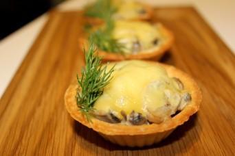 Жульен из грибов с сыром, подается в тарталетке