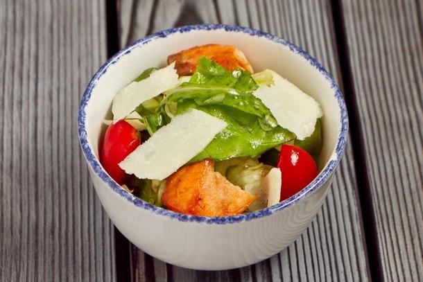 Зеленый салат с горячим лососем