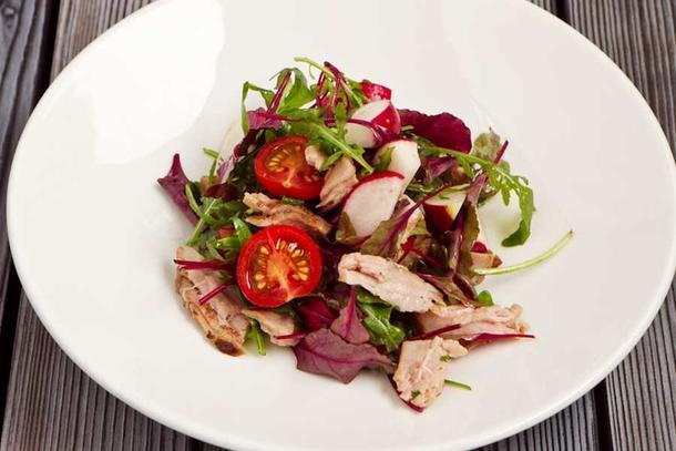 Стейк-салат с луком конфи