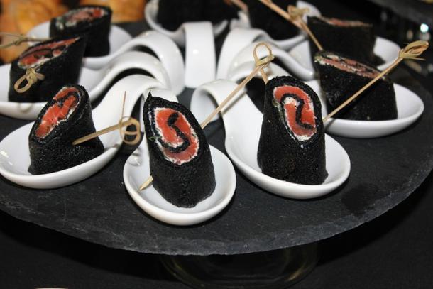Черные блинчики с лососем и сливочным сыром