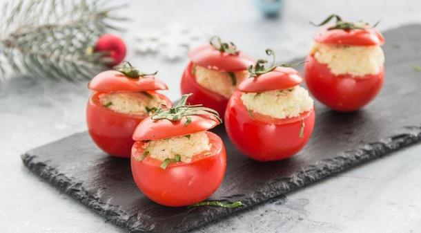 Черри помидор фаршированный сыром и яйцом