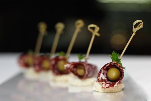 Канапе с салями и оливкой