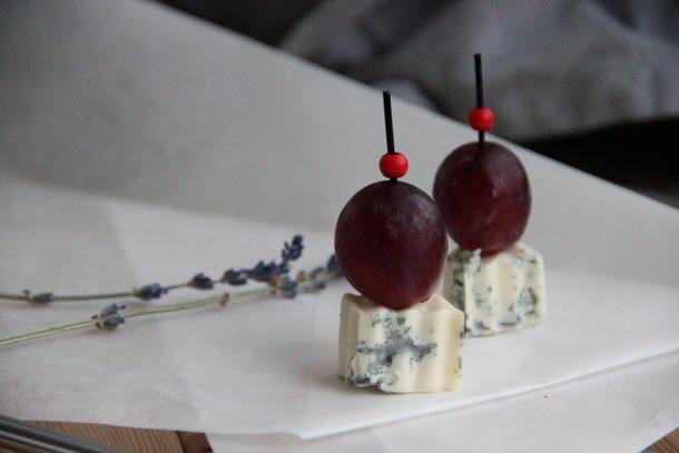 Канапе сыр с благородной плесенью и виноградом