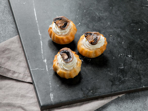 Профитроли с грибами и сливочным сыром
