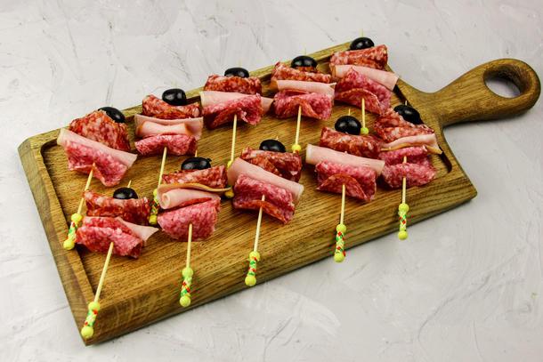 Мясное ассорти на шпажке с оливкой