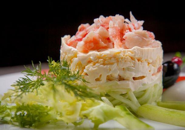 Б салат с кальмарами и креветками