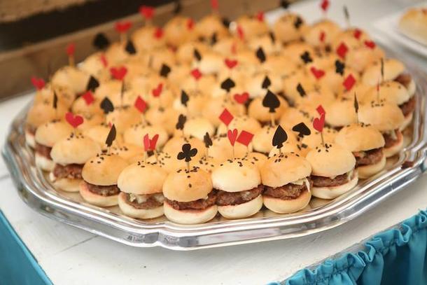 Мини бургеры в тематическом оформлении