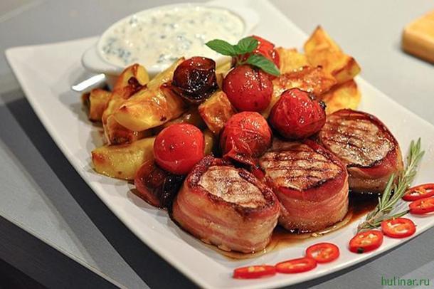 Б Турнедо из свинины в беконе с розмарином и печенными овощами.
