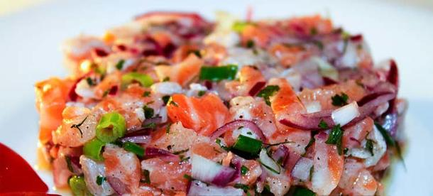 Тар тар из лосося и сладкого лука с овощами. Подача в баночке