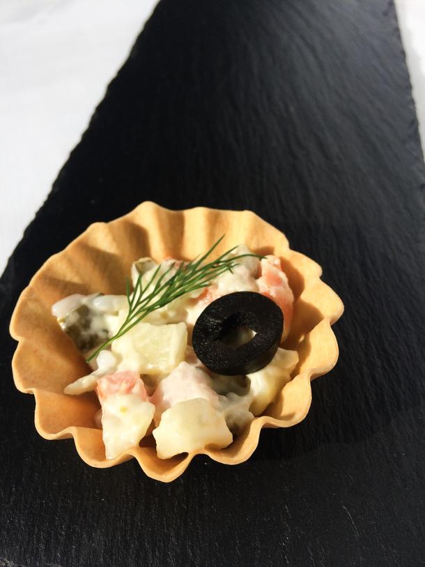 Тарталетка с мясным салатом