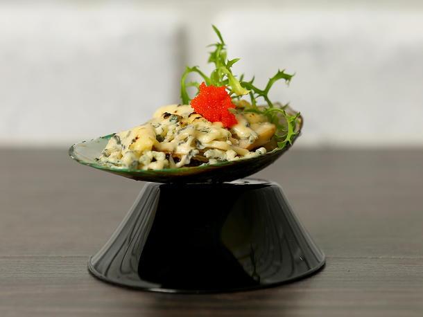 Мидии киви запеченные с голубым сыром