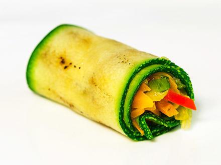 Рулетики из цукини, фаршированными овощами