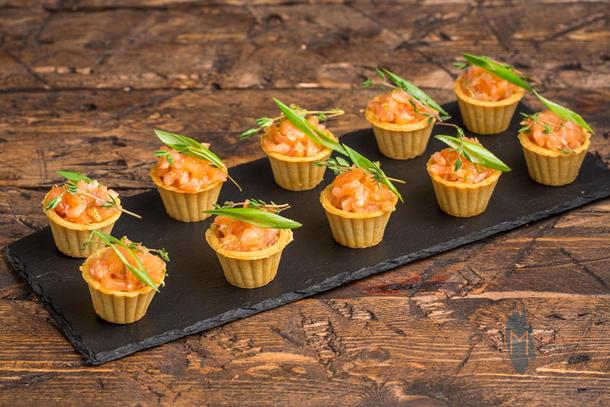 Мини тарталетка с тар-таром из лосося