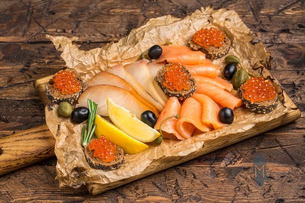 Рыбная нарезка с красной икрой и двумя видами рыбы
