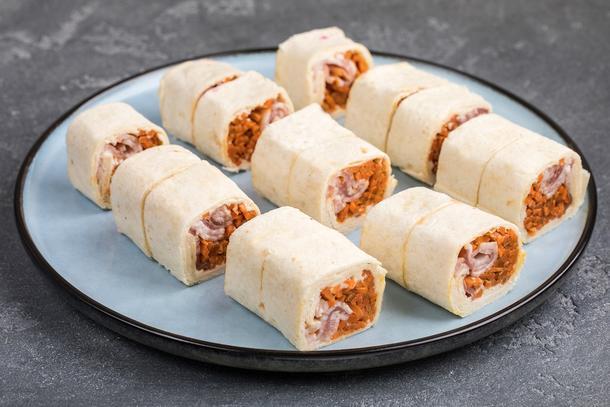 Тортилья с корейской морковью и копченым цыпленком