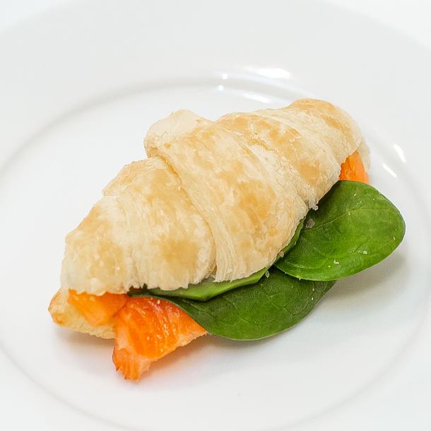 Курасан с лососем крем чизом и авокадо