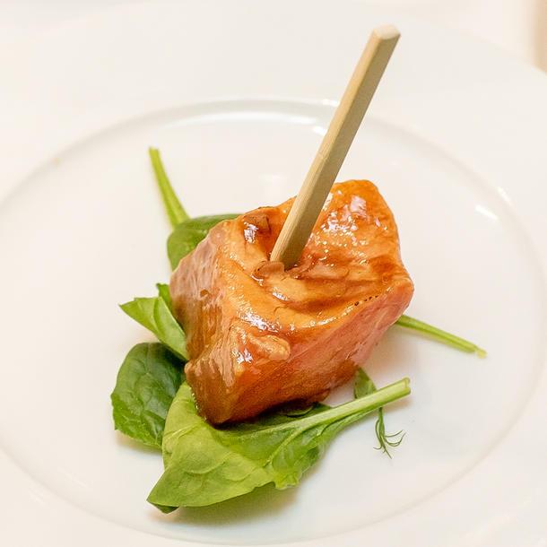 Мини буженина с печеным картофелем и микс с салатом, соус демигляс