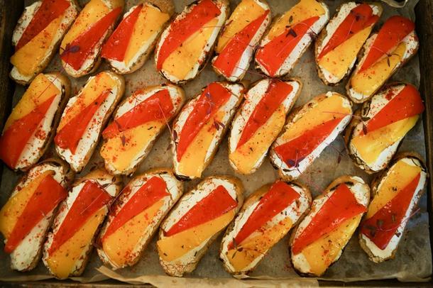 Брускетта с печенным перцем и мягким сыром