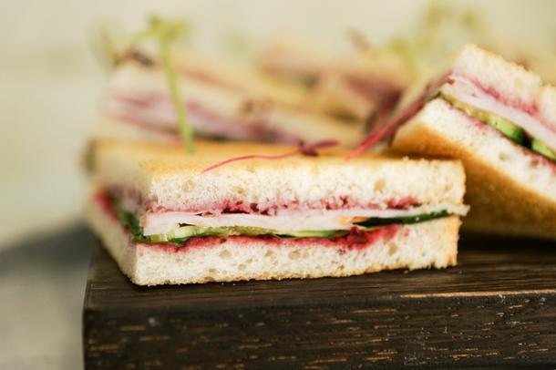 мини сэндвич с индейкой с брусничным соусом