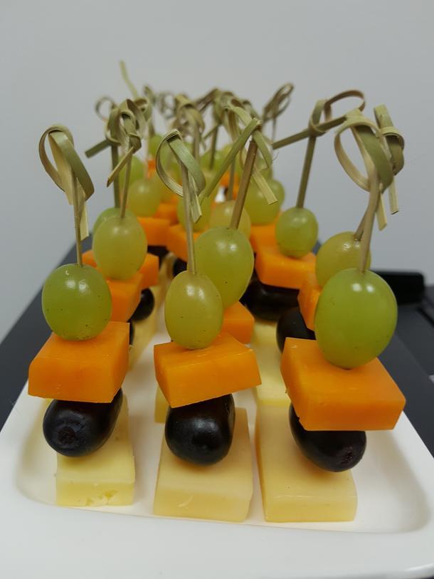 Канапе из сыров с виноградом