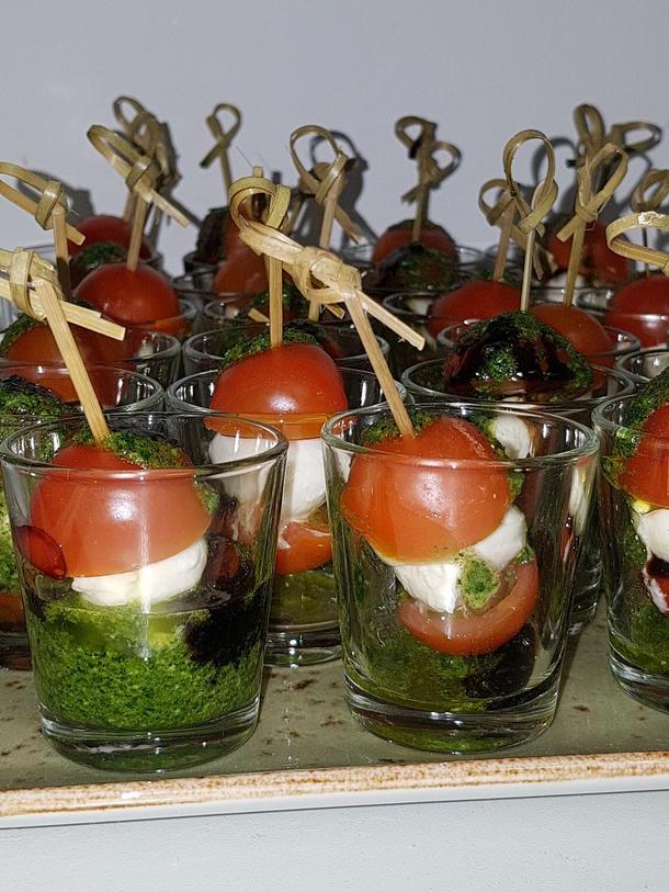 Мини моцарелла с томатом черри и соусом песто в шоте