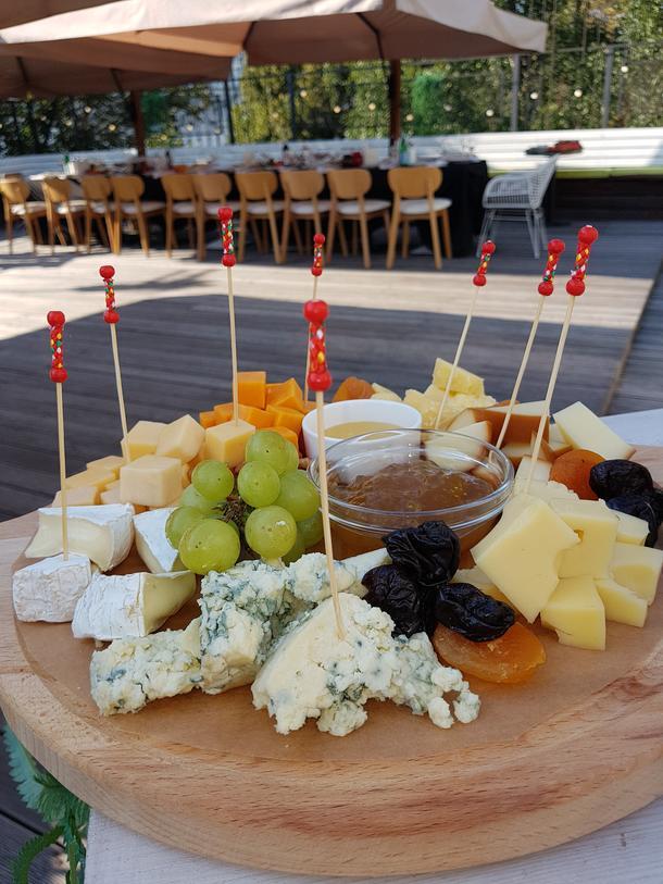 Ассорти сыров с мёдом и орехами