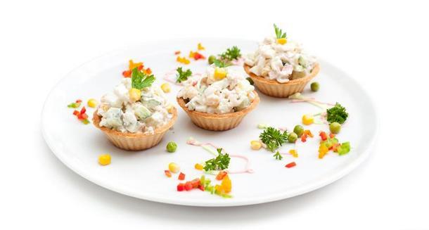 """Фуршетный салат """"Оливье""""( традиционный с курицей подается в тарталетке )"""