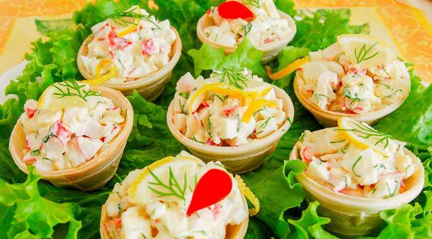 """Салат """"Калифорния"""" ( тарталетка с салатиком из крабового мяса, авокадо, риса, дайкона и пикантного соуса)"""