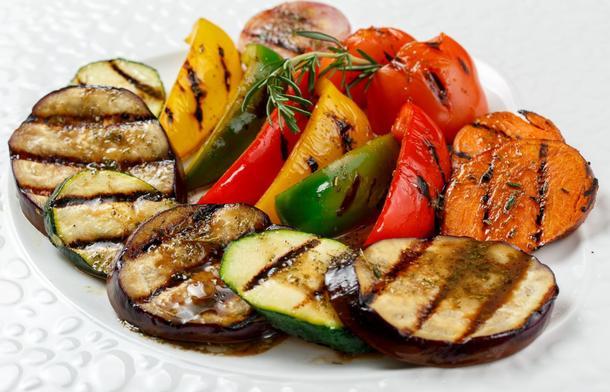 Овощи на гриле с соусом песто