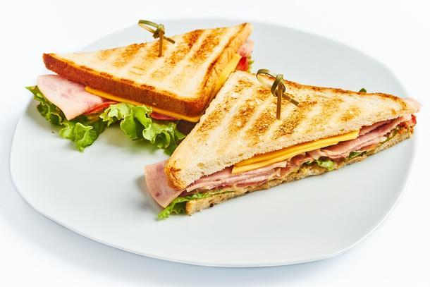 Мини клаб сэндвич с бужениной и соленым огурцом с салатом айсберг