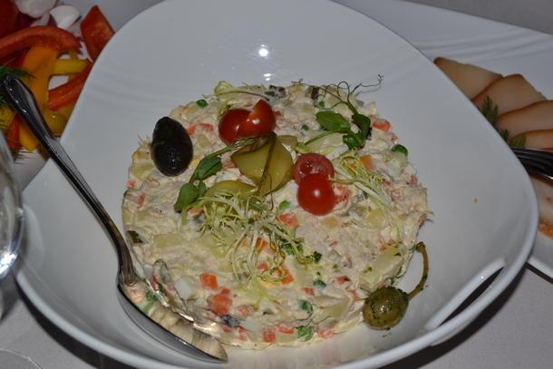 """Салат """"Оливье"""" с ветчиной из индейки или куриной грудкой"""