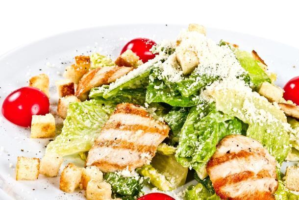 """Салат """"Цезарь"""" с куриным филе и пшеничными гренками"""