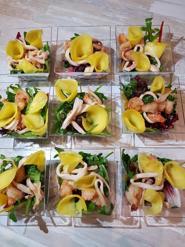 """Салат """"Афродита"""" (креветки, кальмары, микс салата, манго с лаймовым соусом)"""