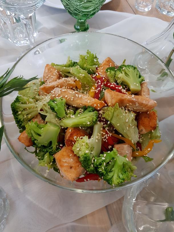 Салат с обжаренным лососем