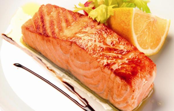 Стейк из норвежского лосося приготовленный на углях