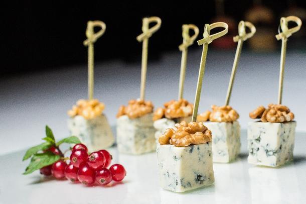 Канапе сыр Дор Блю с грецким орехом