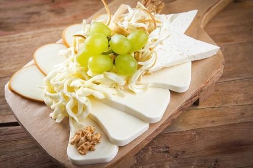Ассорти домашних сыров ( имеретинский сыр, сулугуни соленый, сулугуни копченый, чечил)