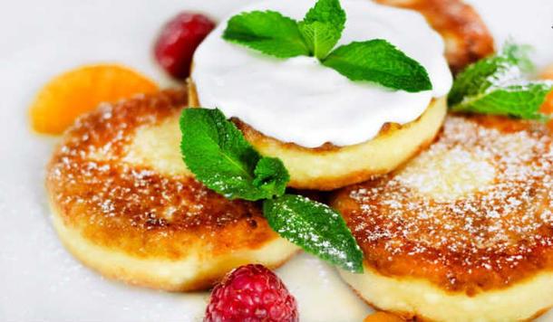 Мини сырники с творожным муссом и ягодами