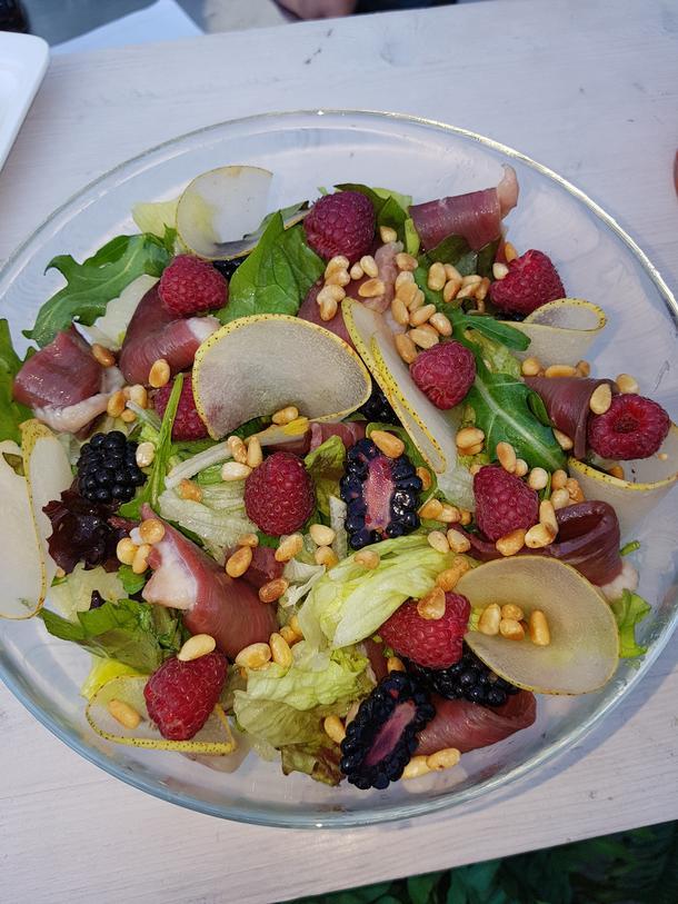 Микс салат с уткой и грушей