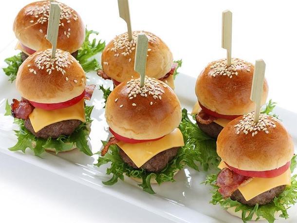 Мини бургер с говяжьей котлеткой