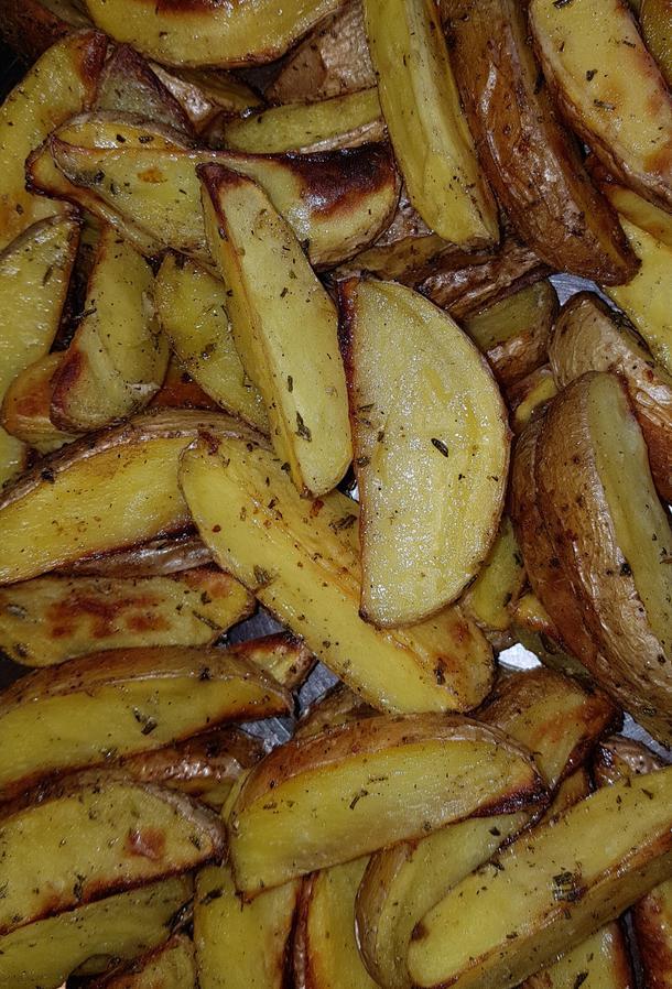 Молодой картофель запеченный по-деревенски дольками с розмарином