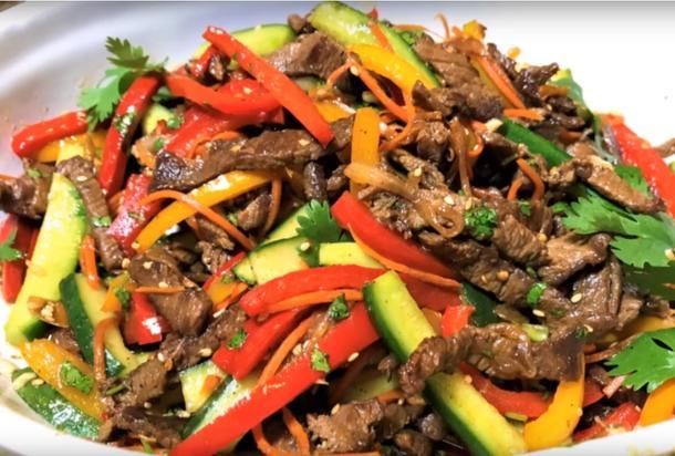 Салат с говяжьей вырезкой и обжаренными овощами с соусом сладкий чилли
