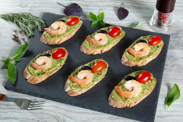 Брускетты с гуакамоле и креветкой (6 шт)