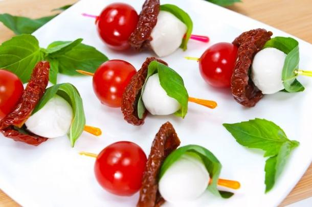 Мини-моцарелла с вялеными томатами и помидором черри