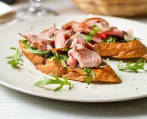 Мини-брускетта с вяленой утиной грудкой, грушей и салатом