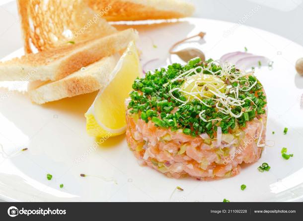 Тартар из лосося с хурмой