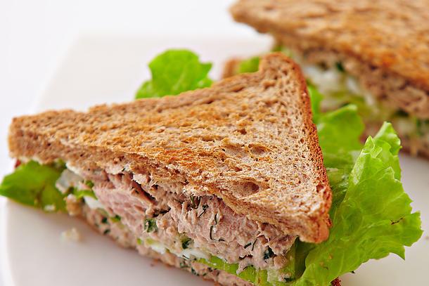 Клаб-сендвич с тунцом и кукурузой